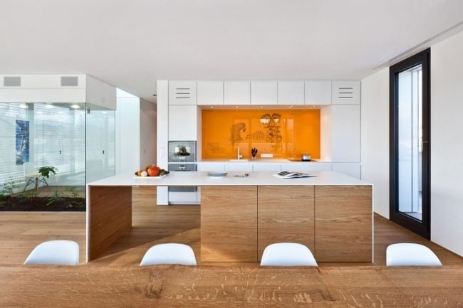 küchendesign holzfronten weiße arbeitsplatten orange glasspiegel ... - Küche Glasspiegel