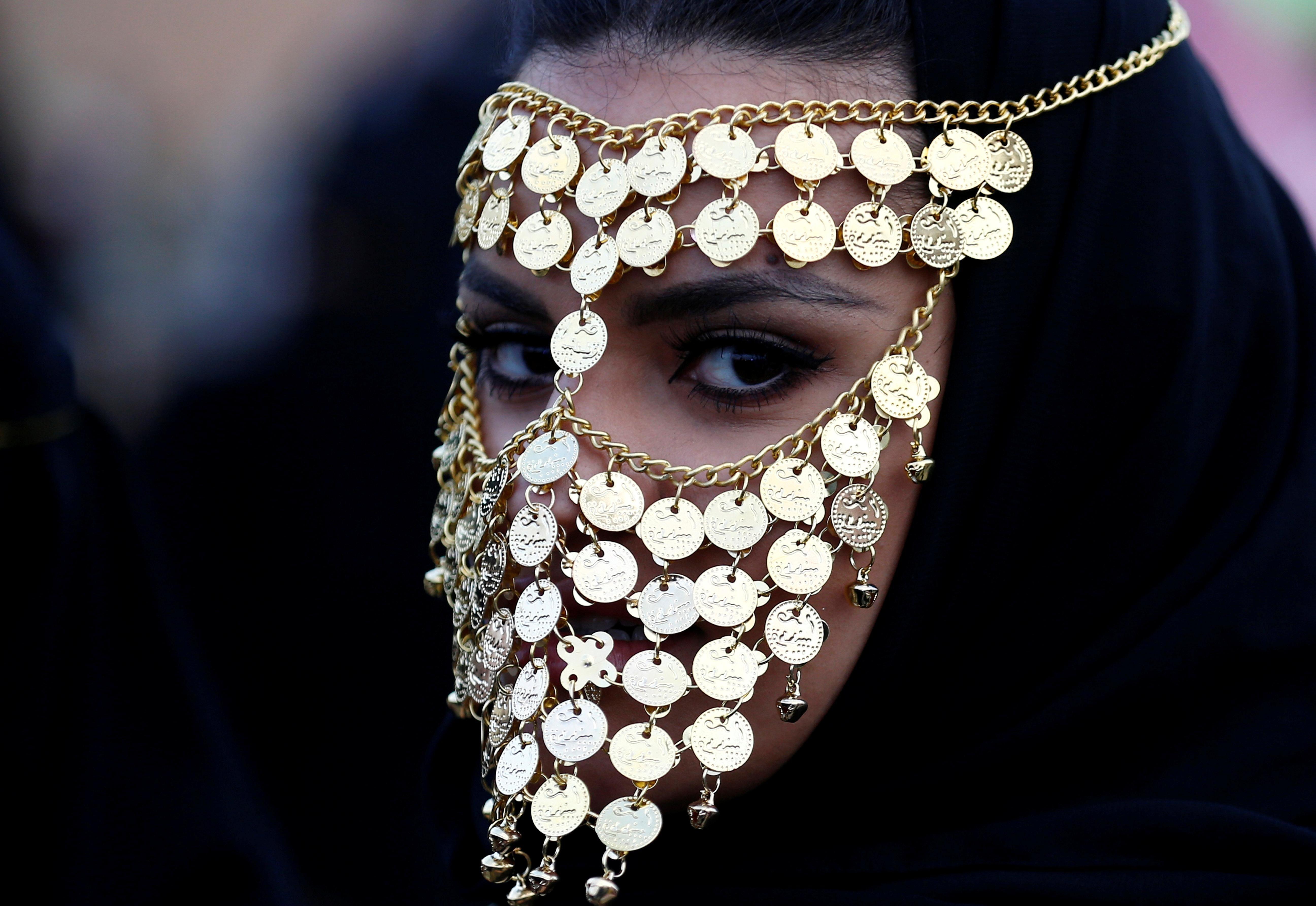A Woman At The Janadriyah Cultural Festival In Saudi Arabia 5184x3570 Arabian Women Face Jewellery Arab Women