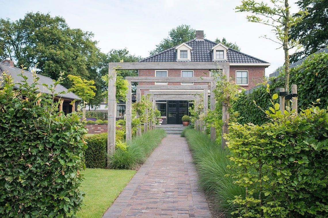 Buytengewoon klassiek landelijke tuin met veranda en bergruimte