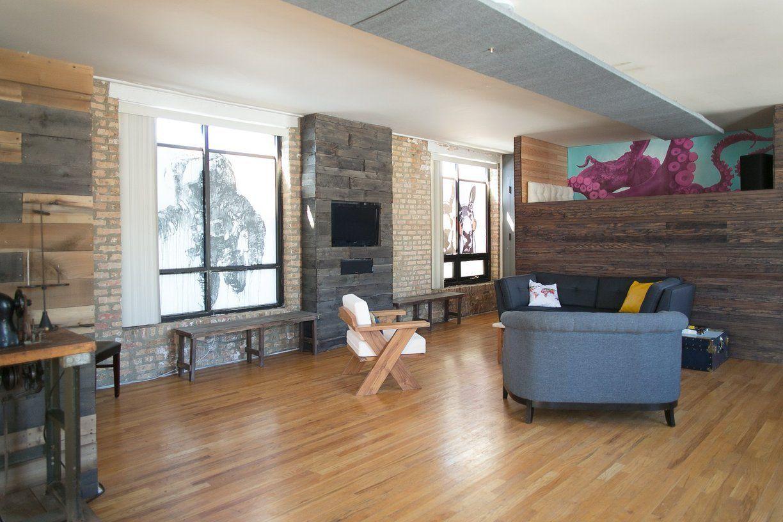 Ellenkate & Tim's Clever DIY Loft Uma das minhas casas preferidas no AT - a ideia da cama em loft é genial (embora eu talvez aproveitasse o espaço em baixo de outra forma) e quem é que se lembraria de dormir ao lado de um polvo roxo gigante e de pôr um astronauta na janela para ganhar privacidade? :) :) :)