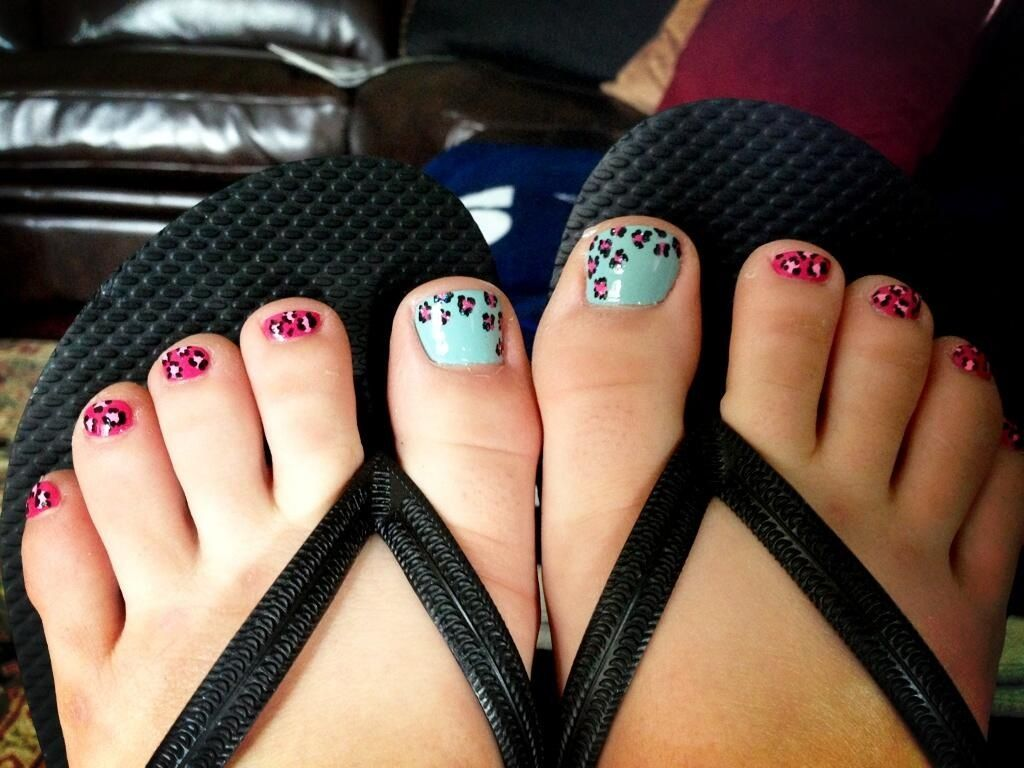Cheetah toe nail design. Like the color combo on the big ...