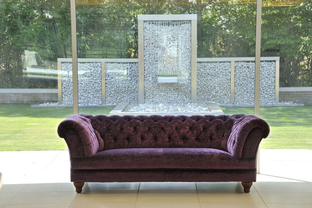chesterfield sofa aus samt in lila ally chesterfield chesterfield sofa