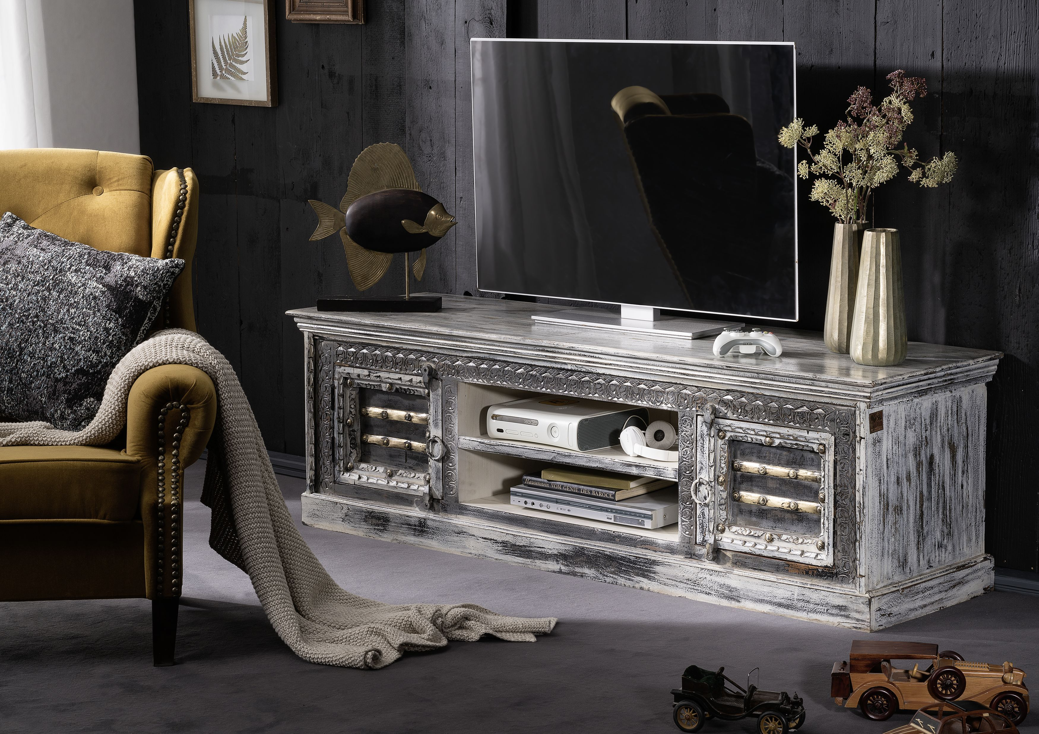 tv board der serie gems idol aus mangoholz die wundersch nen verzierungen geben den m beln. Black Bedroom Furniture Sets. Home Design Ideas