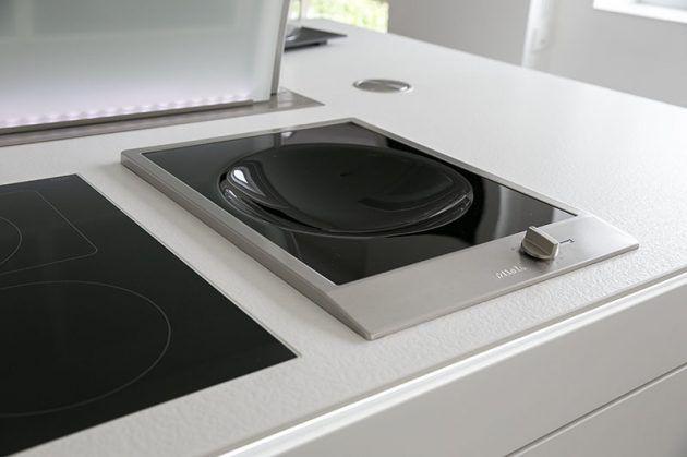 Homestory - minimalistische Küche von Familie Lessnich Kochinsel - versenkbare steckdosen k che