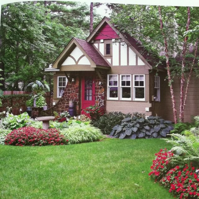 Cute! Love the hostas/impatiens/tidy border... Front yard ...