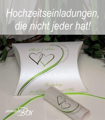 Ausgefallene Hochzeitseinladung Mit Modernen Herzen. Eine Kissenschachtel  Mit Schriftrolle Als Stilvolle Einladung. Eure Gäste