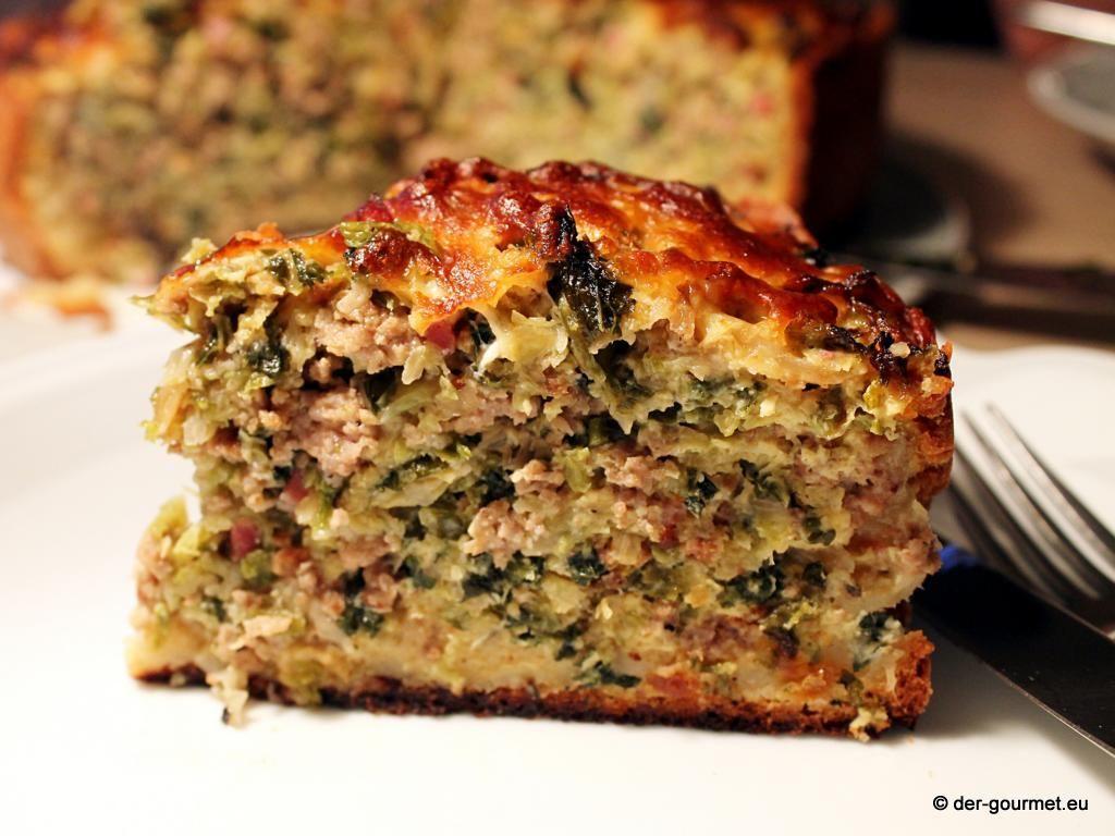 Wir trotzen der Jahreszeit und in der Küche wird es herbstlich... Wirsing, Hackfleisch, Schinken und Käse kommen in den Ofen. http://www.der-gourmet.eu/wirsing-hackfleisch-kuchen/ Ein Kuchen, der die Backabteilung staunen lässt... #Kuchen #Wirsing