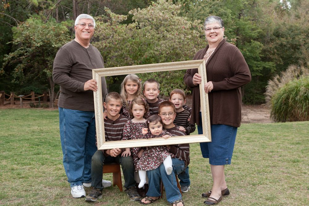 Grandparents Day - Fun with Frames  I'm not sure all of my sister's grandkids could fit in a frame! he he  Cute gift idea #grandkidsphotography
