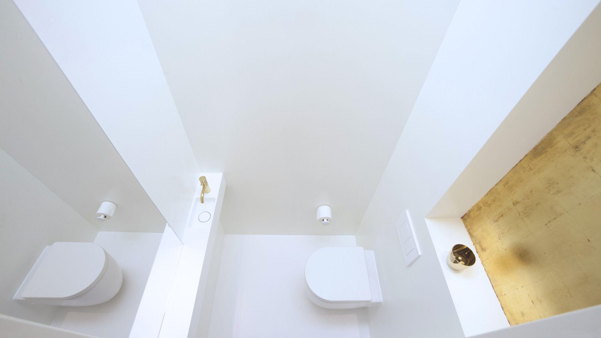 Strakke Interieur Inrichting : Strak en wit toilet met gouden accenten interieur inrichting