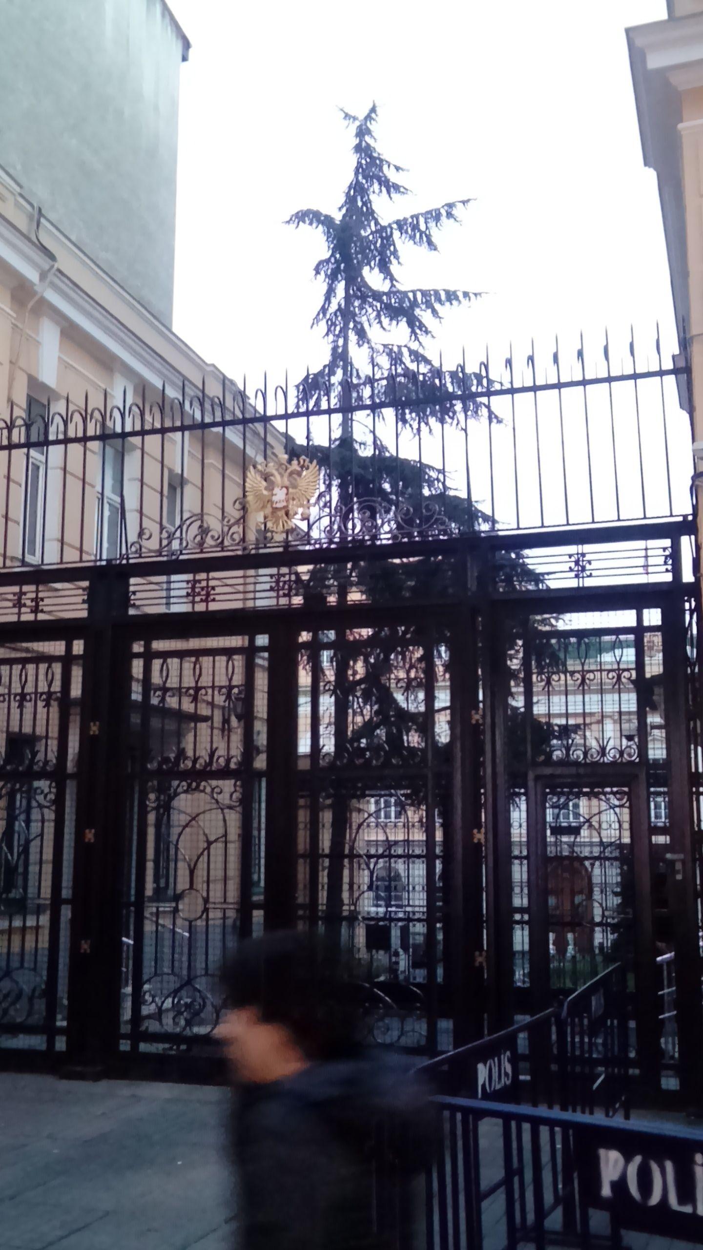 Russisches Generalkonsulat in der İstiklal Caddesi – aktuell stark von der türkischen Polizei bewacht.