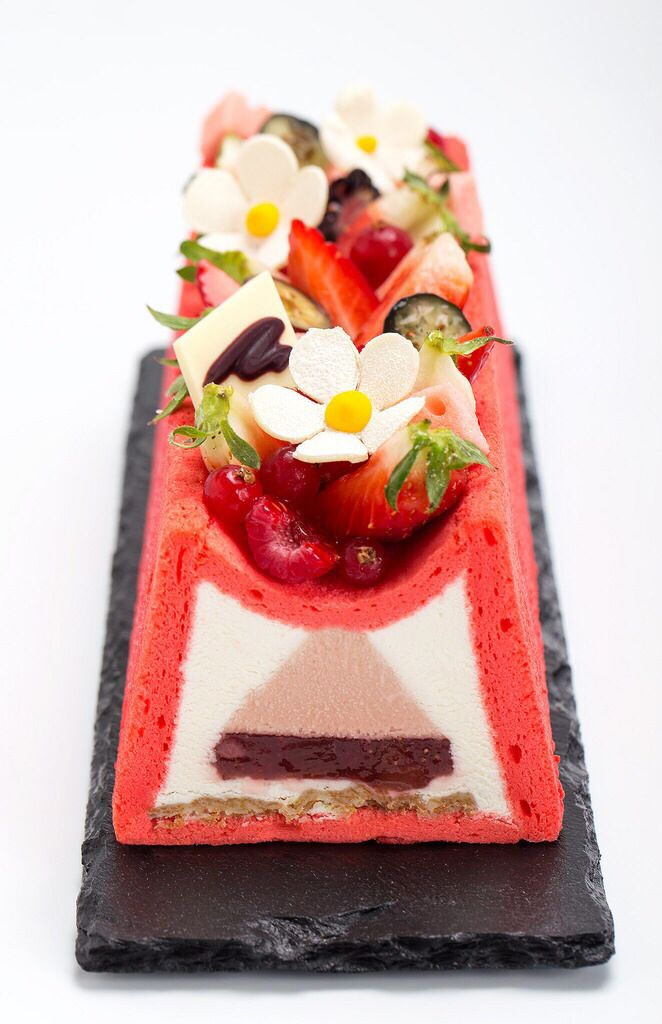 Tart M, Forest strawberries, Rhubarb and Champagne. Made by students in the Practical Course Entremets 2. Tarta M, Fresas del bosque, Ruibarbo y Champagne. Trabajo de los alumnos del Curso Practico Entremets 2. You can do it too, follow us... Tu tambien puedes hacerlo, siguenos... House-Pastry Lab & Atelier Gourmand www.mariaselyanina.es (+34) 931224646 @maria_selyanina Barcelona - Spain http://instagram.com/p/piZnoUIHff/