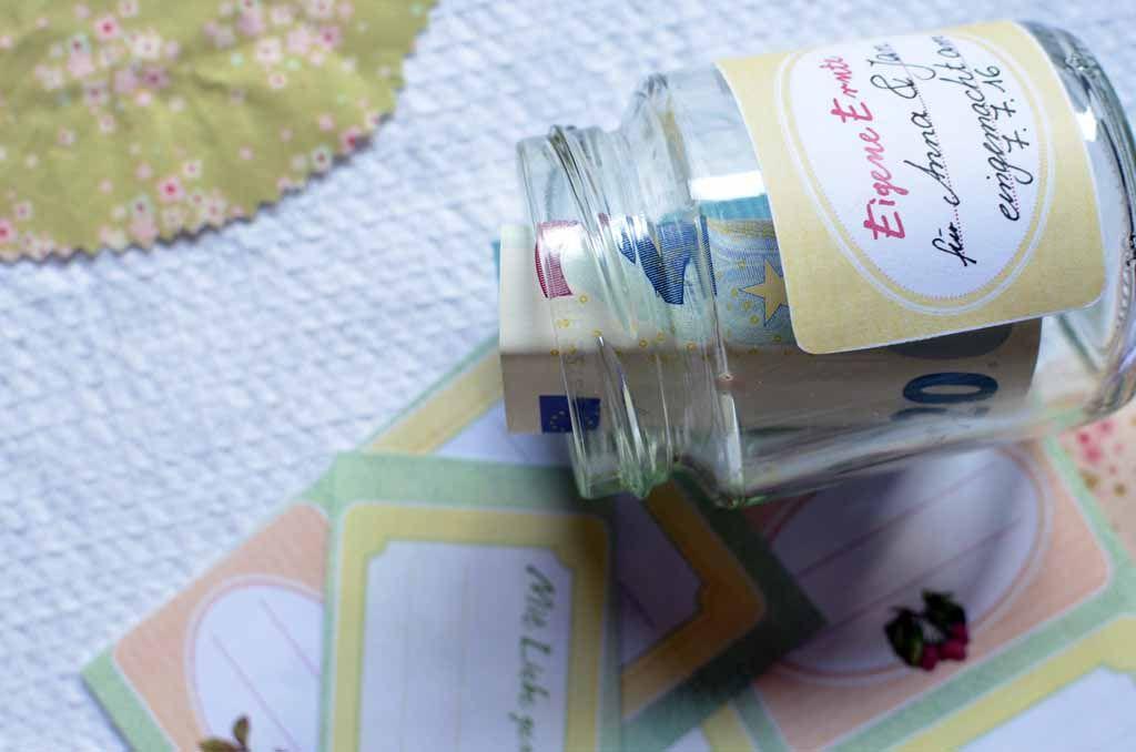 Jetzt geht's ans Eingemachte! Ob zum Geburtstag oder zur Hochzeit, wir haben eine kreative Idee um Geldgeschenke zu verpacken: Im Marmeladenglas mit Etikett und Stoffhaube. | Mein schönes Land bloggt
