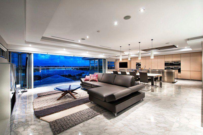 grand salon avec carrelage de sol en marbre blanc canap en cuir noir et tapis - Salon Avec Carrelage Blanc