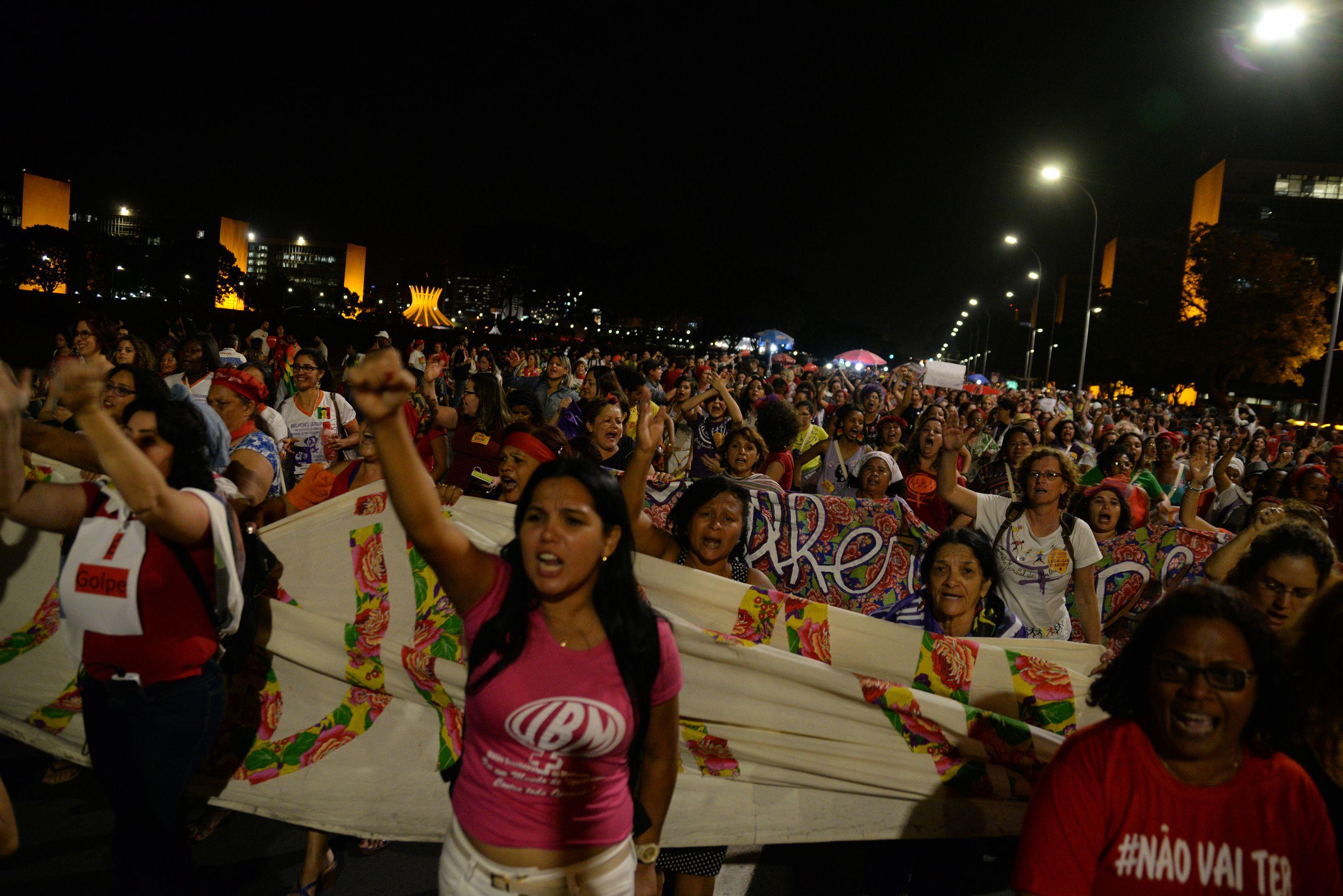 Bombas de gás lacrimogêneo e spray de pimenta foram utilizados contra os manifestantes pró-Dilma em frente ao Congresso Nacional. Movimentos prometem reforçar a resistência em um eventual governo Temer para não permitir retrocessos.