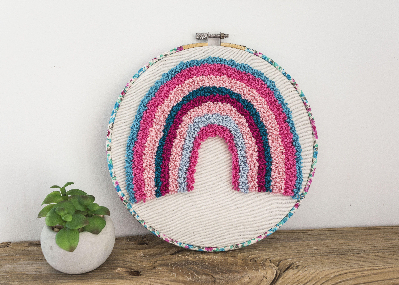 How was your weekend? we manage to do some DIY at home, at last I hang my hats in my bedroom wall 😊. I will post a photo.⠀ A differente rainbow 🌈⠀ . #punchneedle #agujamagica #agujamágica #hechoamano #handmade #nursery #hechoamanoenespaña #hechoamanoconamor #hechoenmurcia #fibreart #arteconlana #yarnlove #yarnlover #amorporlalana #artetextil #textileart #hoopart #punchneedleart #bordadochino #bordadoruso #artebordado #proyectosencasa #hechoconamor❤#artebordado #bordadoruso #nurserydecor