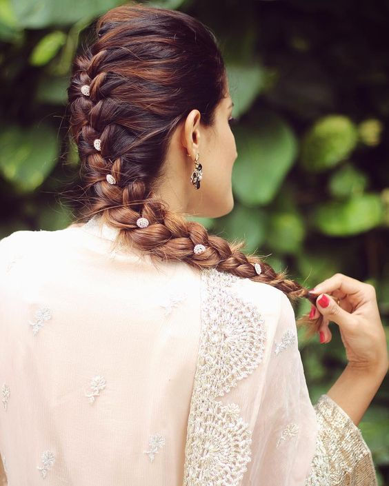 Easy Bollywood Hairstyles Our Pick Of Fab Diy Hairstyles For Indian Girls That You Can Do Under 5 Minutes Witty Vows Indian Bridal Hairstyles Hair Styles Hair Style On Saree