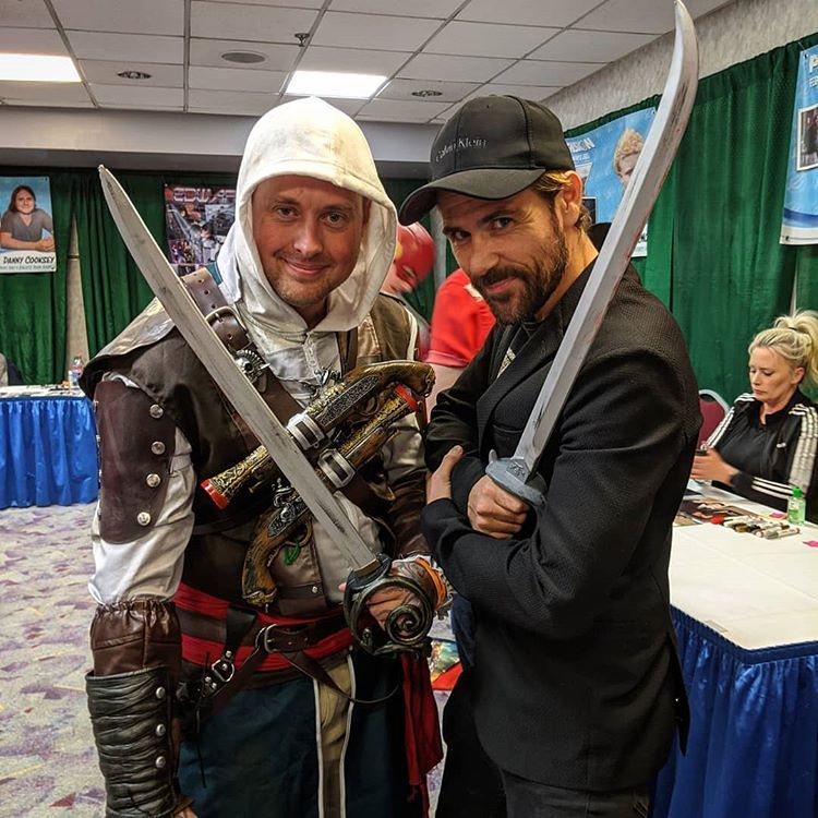 Hydra Cosplay Sur Instagram Had An Awesome Time At Pensacon Yesterday It Was So Awesome To Meet Mattryanreal He Did The Voi In 2020 Edwards Kenway Matt Ryan Actors