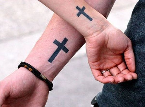 Couple,Tattoo,croix,chretienne,poignet