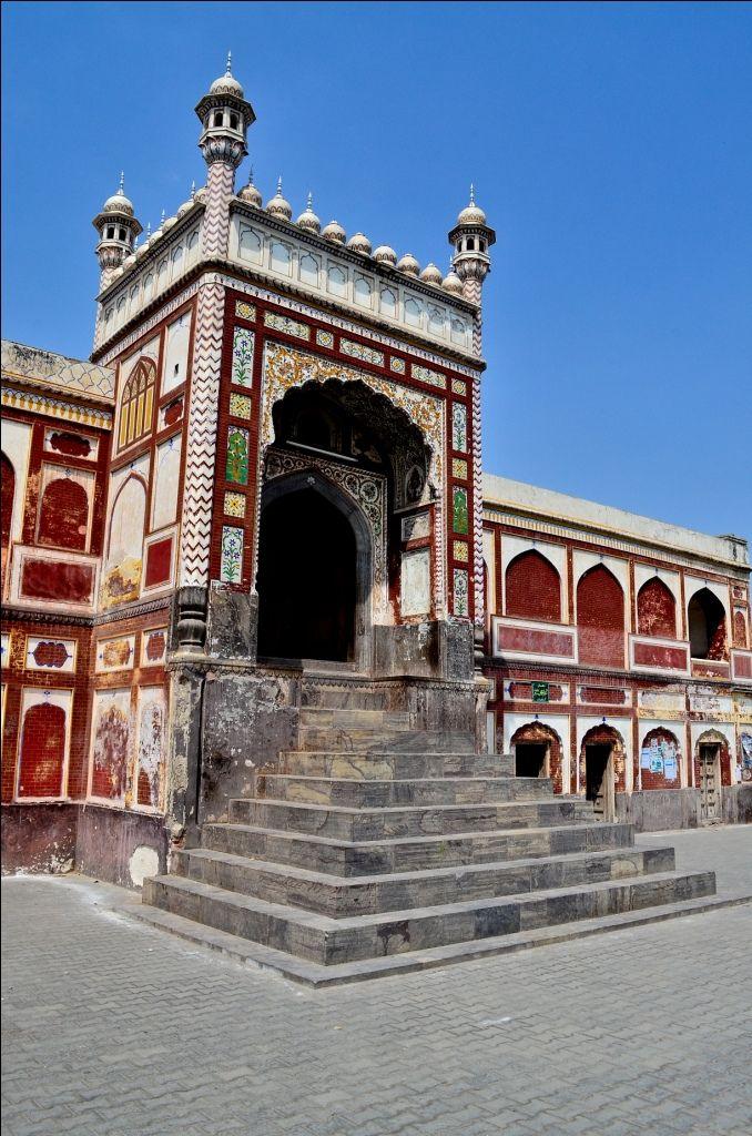 Main entrance to Badshahi Mosque, Chiniot, Pakistan