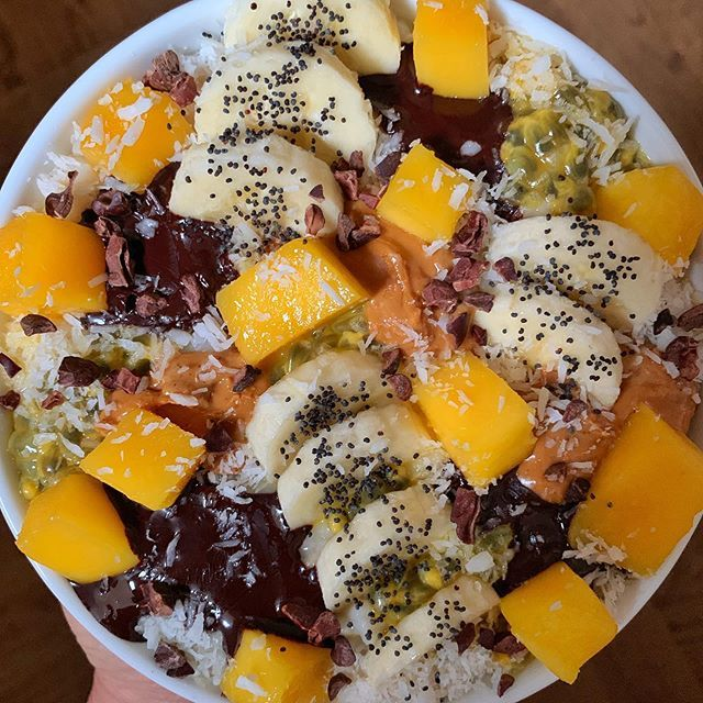 Good morning and happy Thursday 😃 TROPICAL 🥣 ✔️Stovetop jumbo oats topped with 90% dark chocolate 🍫+ rich roast peanut 🥜 butter + passion fruit + banana 🍌+ mango 🥭 Sprinkled with poppy seeds + cacao nibs + desiccated coconut 🥥 Have a great day 😉✌️ . . .