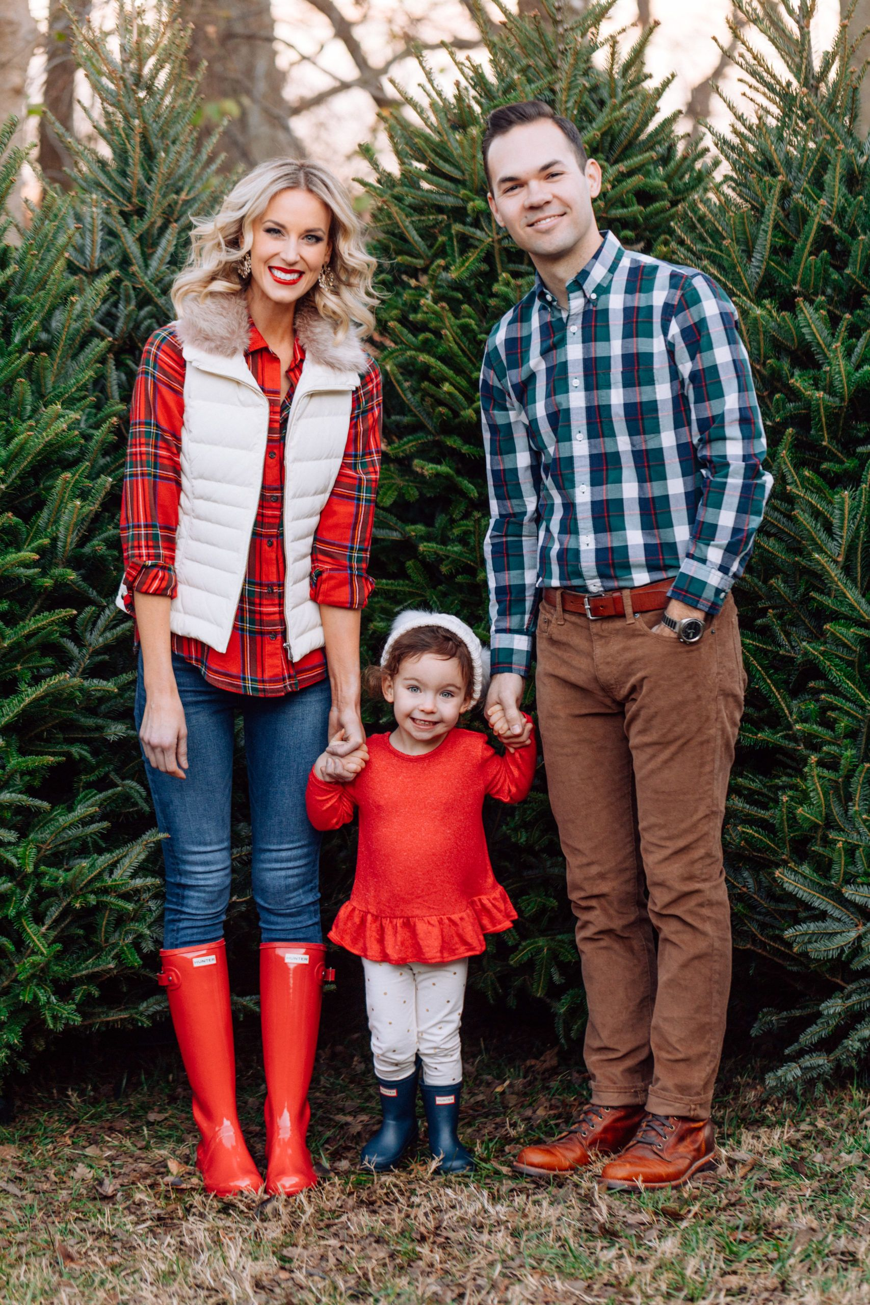 What To Wear For Family Christmas Tree Farm Photos Straight A Style Family Photo Outfits Winter Christmas Tree Farm Photos Family Christmas Outfits