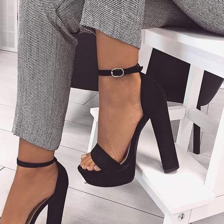 Pin de Maria Teresa en Piernas | Zapatos negros tacon
