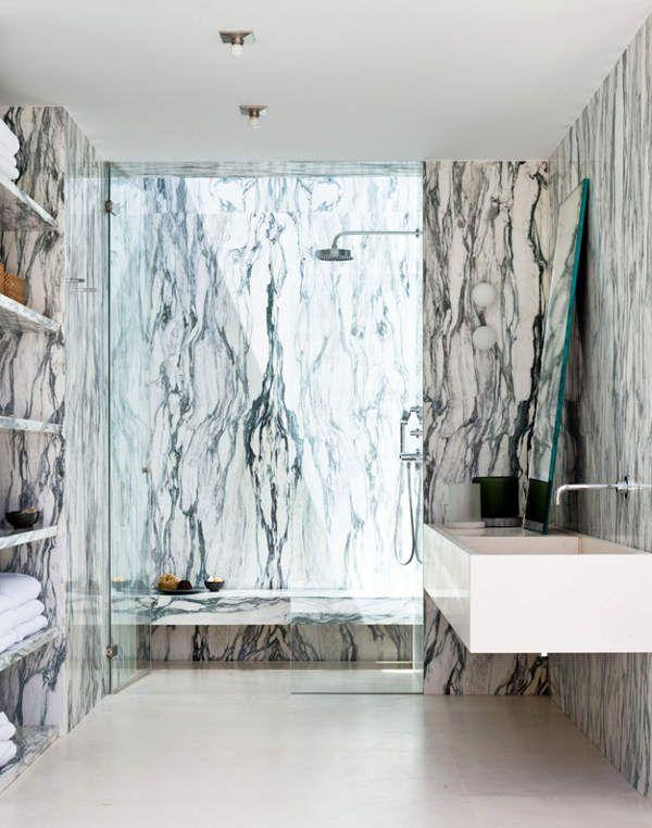 Salle de bain en marbre blanc veiné de noir Interior Design and - joint noir salle de bain
