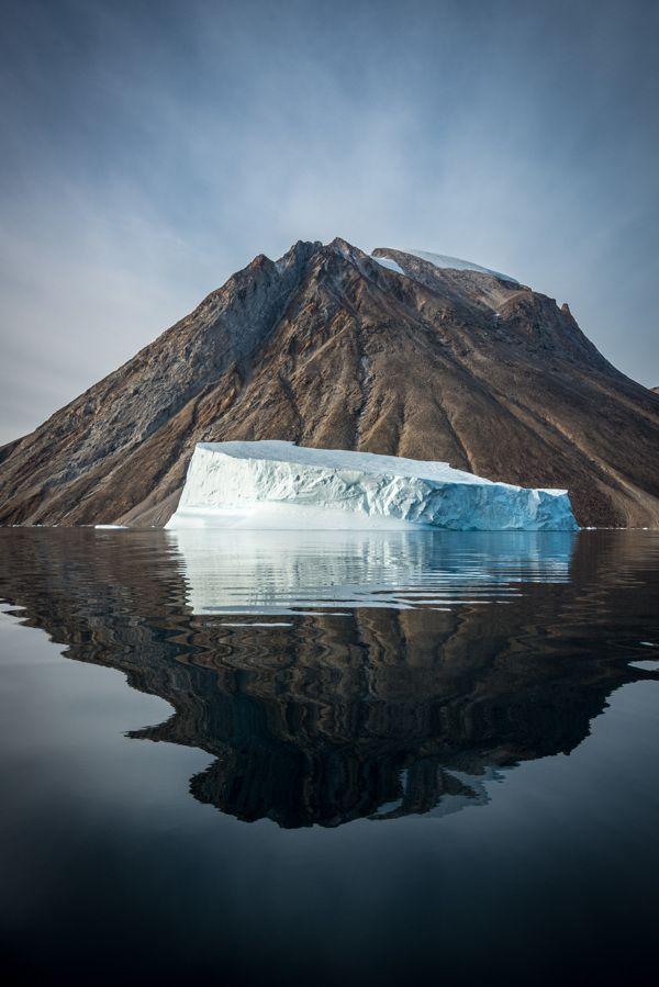 """Il fotografo Michael J. Quinn ha realizzato questa serie di fotografie chiamata """"Greenland Reflections"""". In ogni foto, Quinn immortala un incredibile iceberg galleggiante che sembra arrivare da un altro pianeta. Una gallery fotografica che ha come compito quello di ispirare la gente a riscoprire le meraviglie naturali."""
