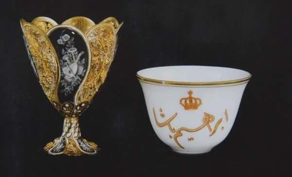 فنجان من مقتنيات أسرة محمد علي ويحمل اسم إبراهيم باشا وبجانبه القاعده الخاصه به ظرف من الذهب والمينا الملونه Reem Glassware Tableware Vintage