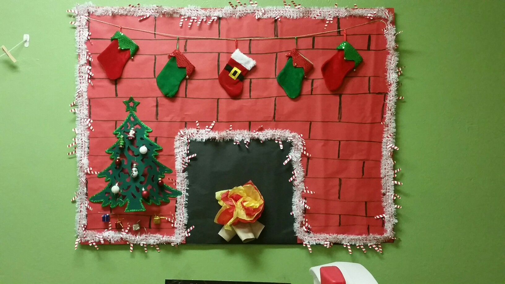 Christmas Fireplace Bulletin Board 3d Felt Tree With Mini Ornaments Fire Made Out Of Tissue Paper And Toilet Paper Christmas Classroom Mini Ornaments Crafts