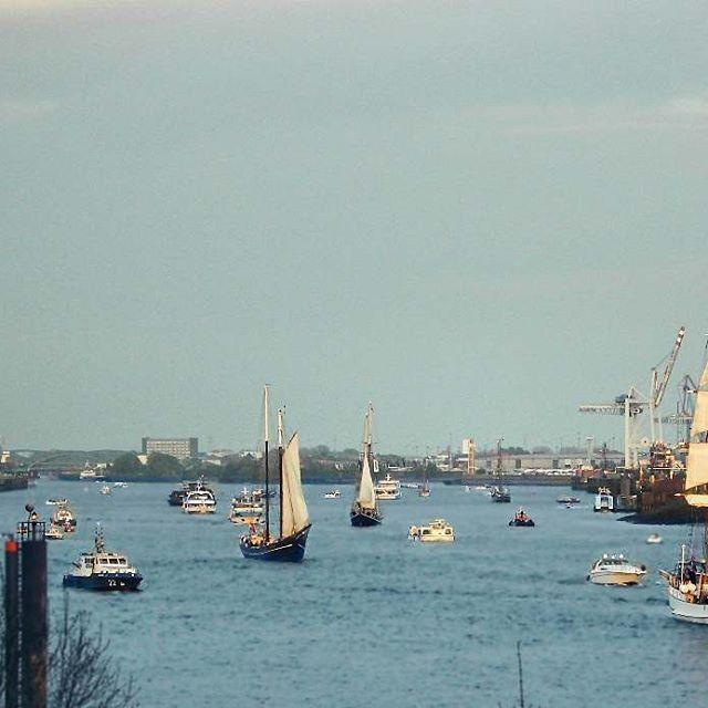 From Hamburg's Hafengeburtstag!... . . #hamburg #hafengeburtstag #elbe #chips #boat #hafen #hamburg_de #hamburglove #hamburgliebe #hamburgmeineperle #schifffahrt #schiff #classic #classical #vintage #pirates #elbphilarmonie #portofhamburg #picoftheday #photography #landscape #Germany #europe