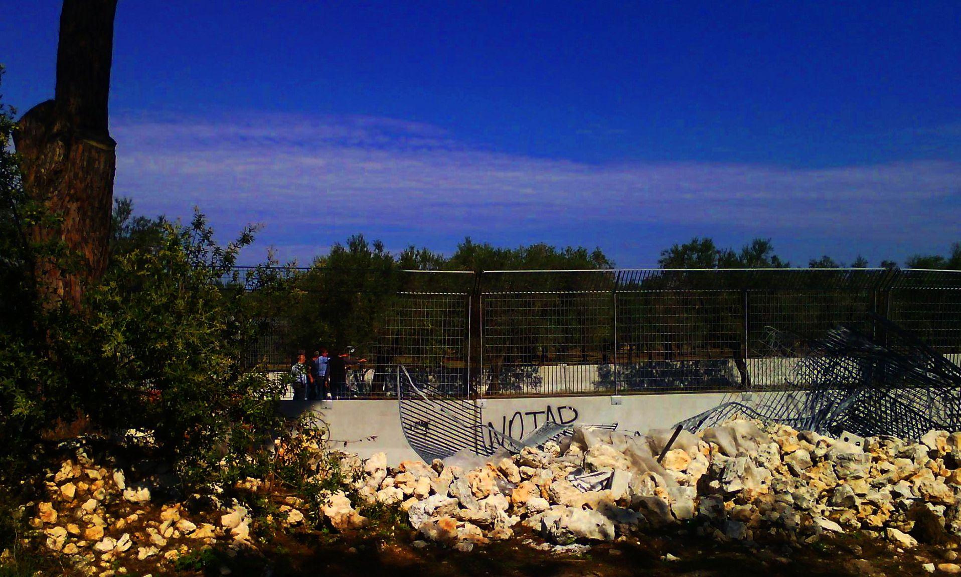 Mura di cinta e filo spinato al cantiere Tap per impedire ai manifestanti di oltrepassare il confine nella zona dei lavori. Vietata la libera circolazione anche ai residenti. Per l'ennesima volta, i diritti dei cittadini vengono violati nell'interesse delle multinazionali.