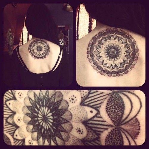 Tatouage de rosace sur la nuque dans 16 magnifiques idées de tatouage de rosace