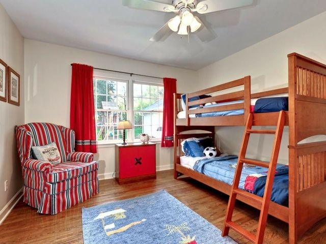Etagenbett Jungen : Etagenbett teppich sessel rote vorhänge geschwister jungen