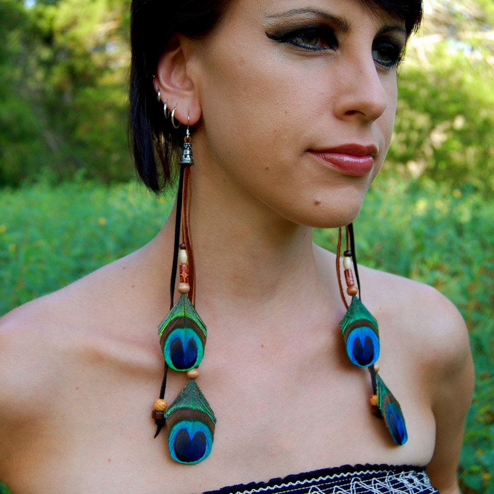 PEACOCK+GROOVE+Feather+and+leather+Earrings+por+FeatherPixie,+$27,00