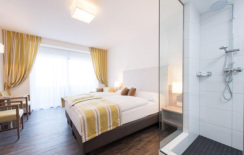 Neue Hotelzimmer Einrichtung, neuer Boden (PVC-Planken), neue - badezimmerausstattung
