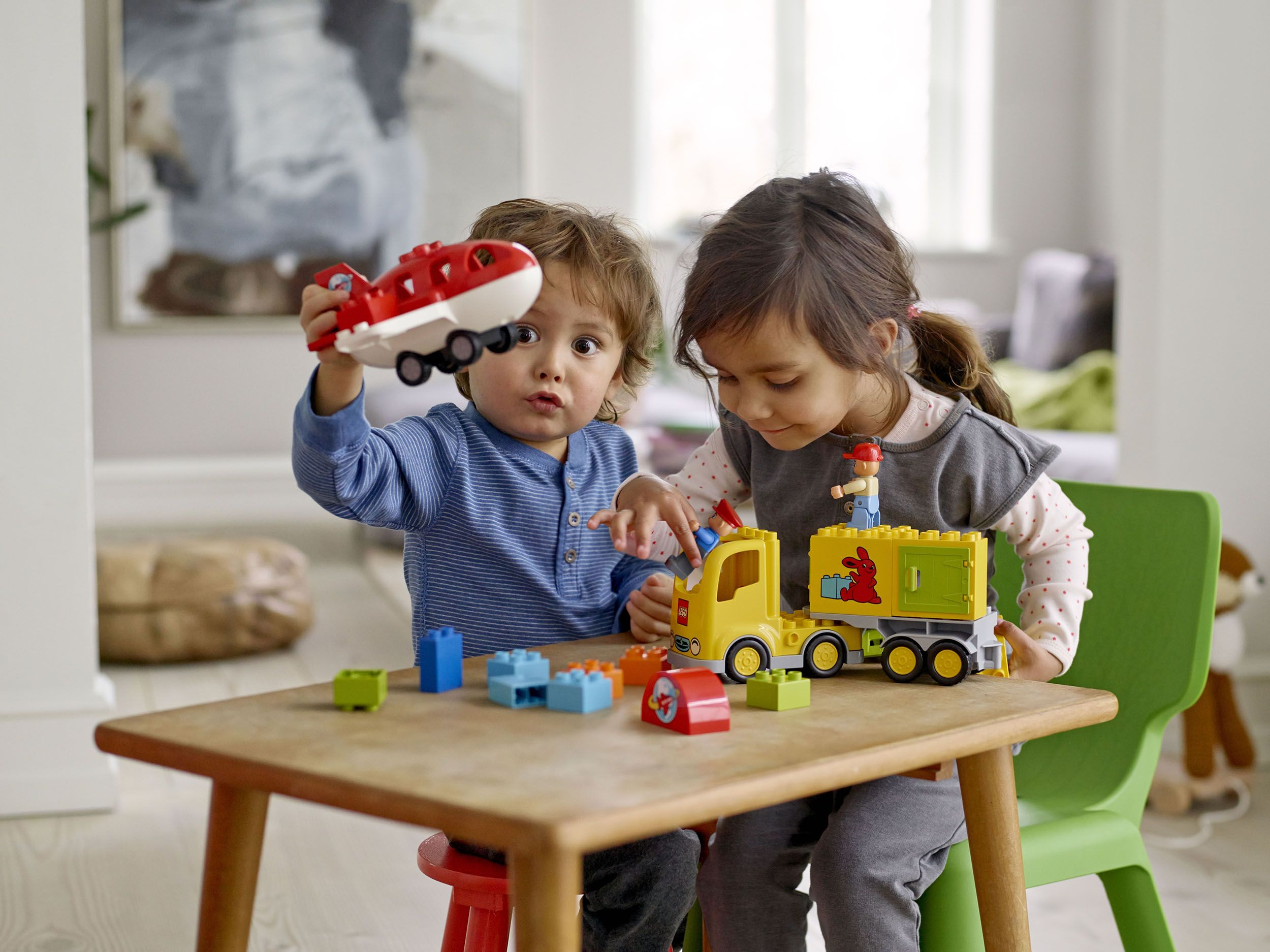 Kinder Spielen mit LEGO Duplo Flughafen 10590