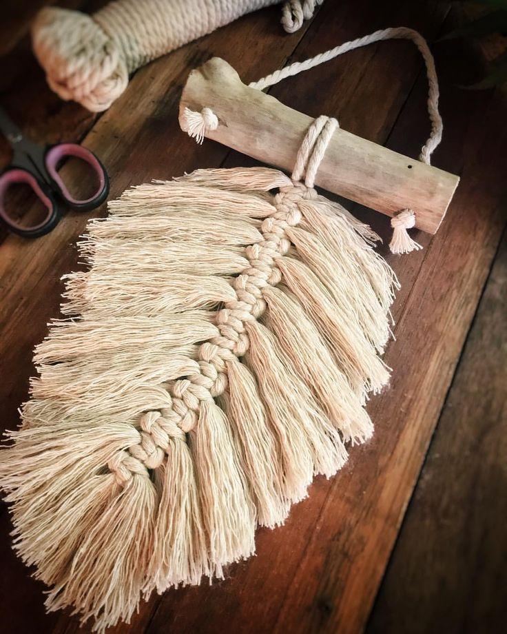 ** UPDATE - VERKAUFT ** Nur diese wunderschöne Single Feather Macrame aufgeführt Hanging in ou #crownscrocheted
