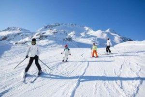 Yes, het is weer bijna zover! Stof die latten maar af en kom naar skigebied Kitzbühel / Kirchberg! Dankzij de grootte van  170 km is er voor de beginnende als de gevorderde skiër wat te doen. De gevorderde skiër is flink wat uurtjes zoet tijdens de tochten in het gebied van Aschau tot Pass Thurn dankzij de steile afdalingen.