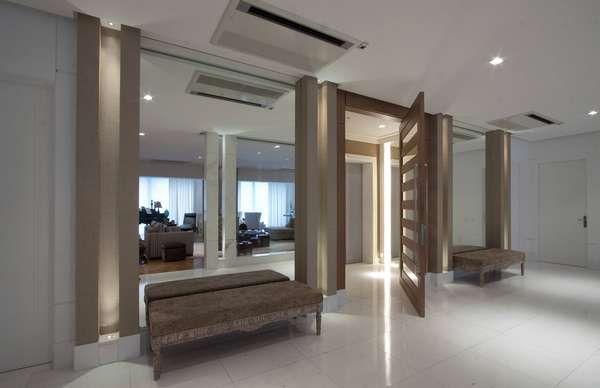 Neste hall de entrada, as arquitetas Andrea Teixeira e Fernanda Negrelli optaram por um fundo contemporâneo com toques clássicos. Informações: (11) 3045-1859