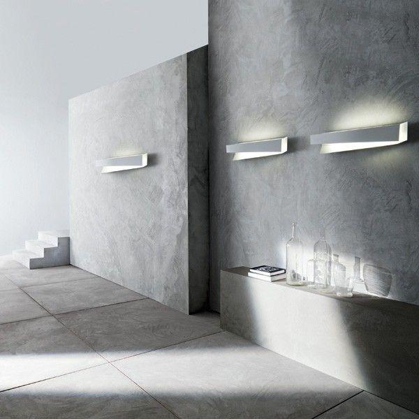 Flap 3. Foscarini. Aplique formado por una superficie plana y plegada que genera un sorprendente juego de luces y sombras, realizada en aluminio esmaltado. 2G11 1 x 40W Incluida. Diseñador: Marco Zito. http://www.lamparasoliva.com/lamparas/apliques/flap-3-foscarini.html