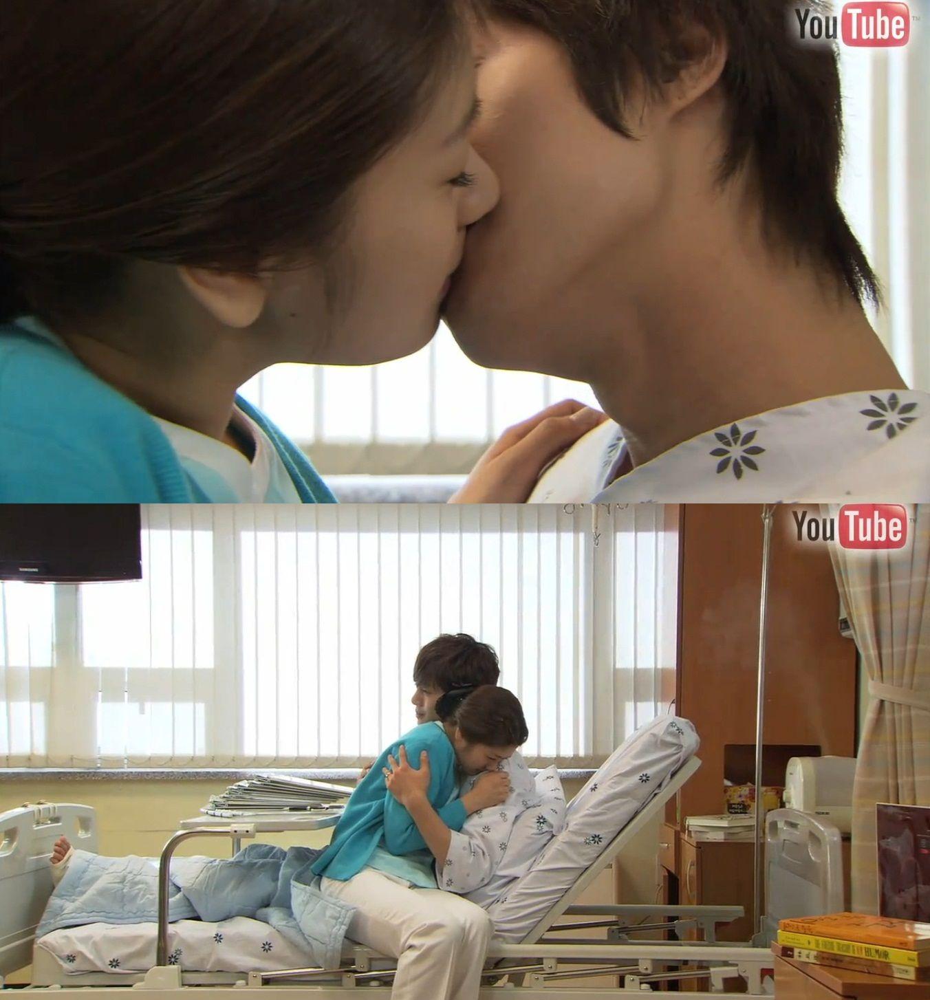 """Seung Jo: """"¿Tampoco estoy calificado para ser tu esposo?""""- ella niega con la cabeza- """"Gracias Ha Ni"""". Sonriéndole, se acerca y la besa. Seung Jo: """"Una nueva cosa que aprendí después de ser hospitalizado es cómo se siente ser un paciente. Y ver a mi adorada esposa, convirtiéndose en una verdadera enfermera"""". Ha Ni: """"No importa como lo vea, creo que Seung Jo se está recuperando debido al poder de mi amor"""" - Playful Kiss Youtube Special, Episodio 5"""