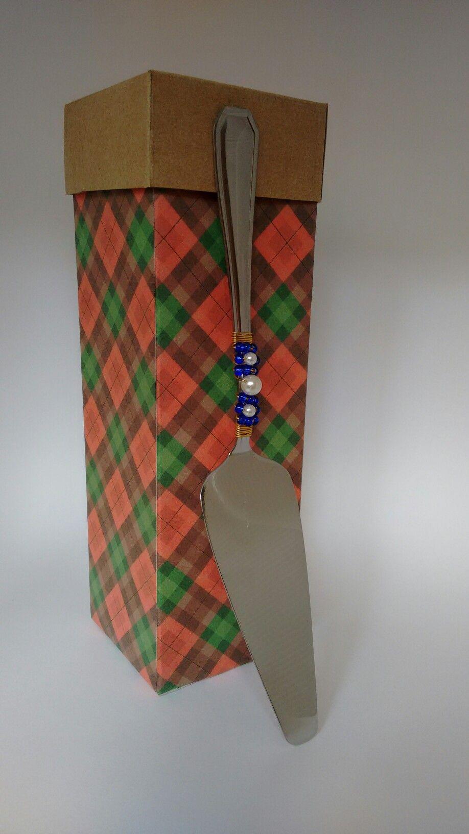 Caixa pra presente feita de embalagem tetrapak de suco encapada com papel de scrapbook.Na tampa utilizei papel craft com gramatura q se usa para fazer caixa #reciclagem #embalagem #tetrapak #scrapbook #presente #caixa