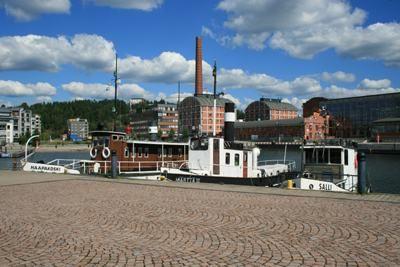 Lahden satama eli Vesijärven satama sijaitsee 1km Lahden keskustasta. Satamassa on monia eri kahviloita ja ravintoloita etenkin kesäisin. Satamasta järjestetään myös kesäisin vesijärven risteilyitä ja huviajeluja. Siellä on  myös venesatama.