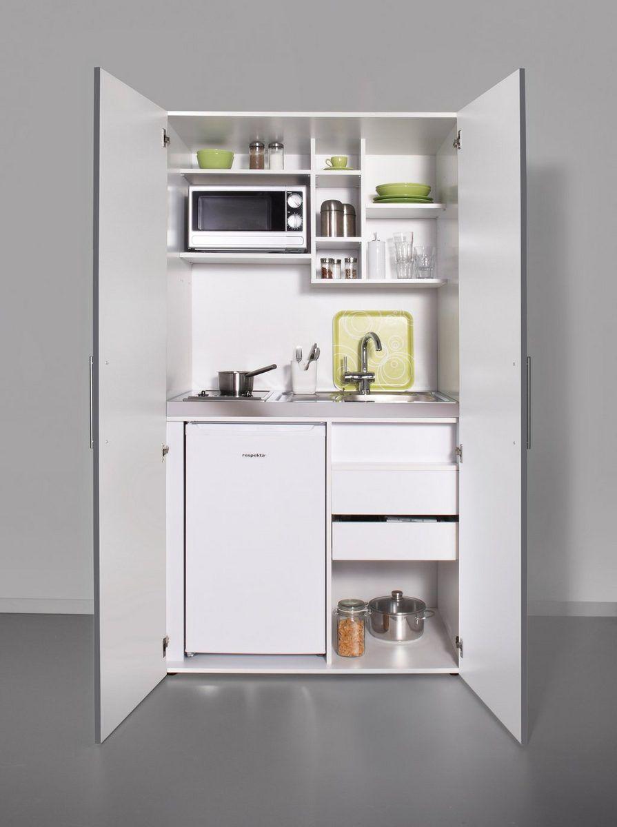 Schrankküche mit Glaskeramik-Kochfeld, Kühlschrank und Mikrowelle