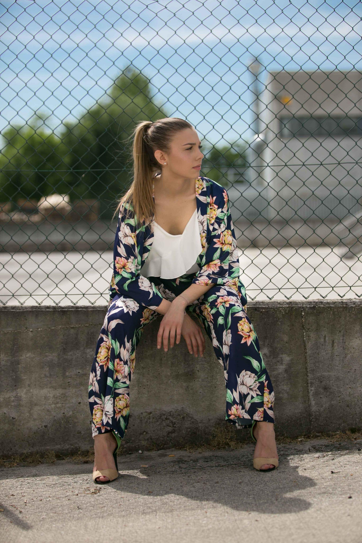 c65677663c14 Pantalone a palazzo con vita alta e fascia elasticizzata. Il patterned è  una stampa di