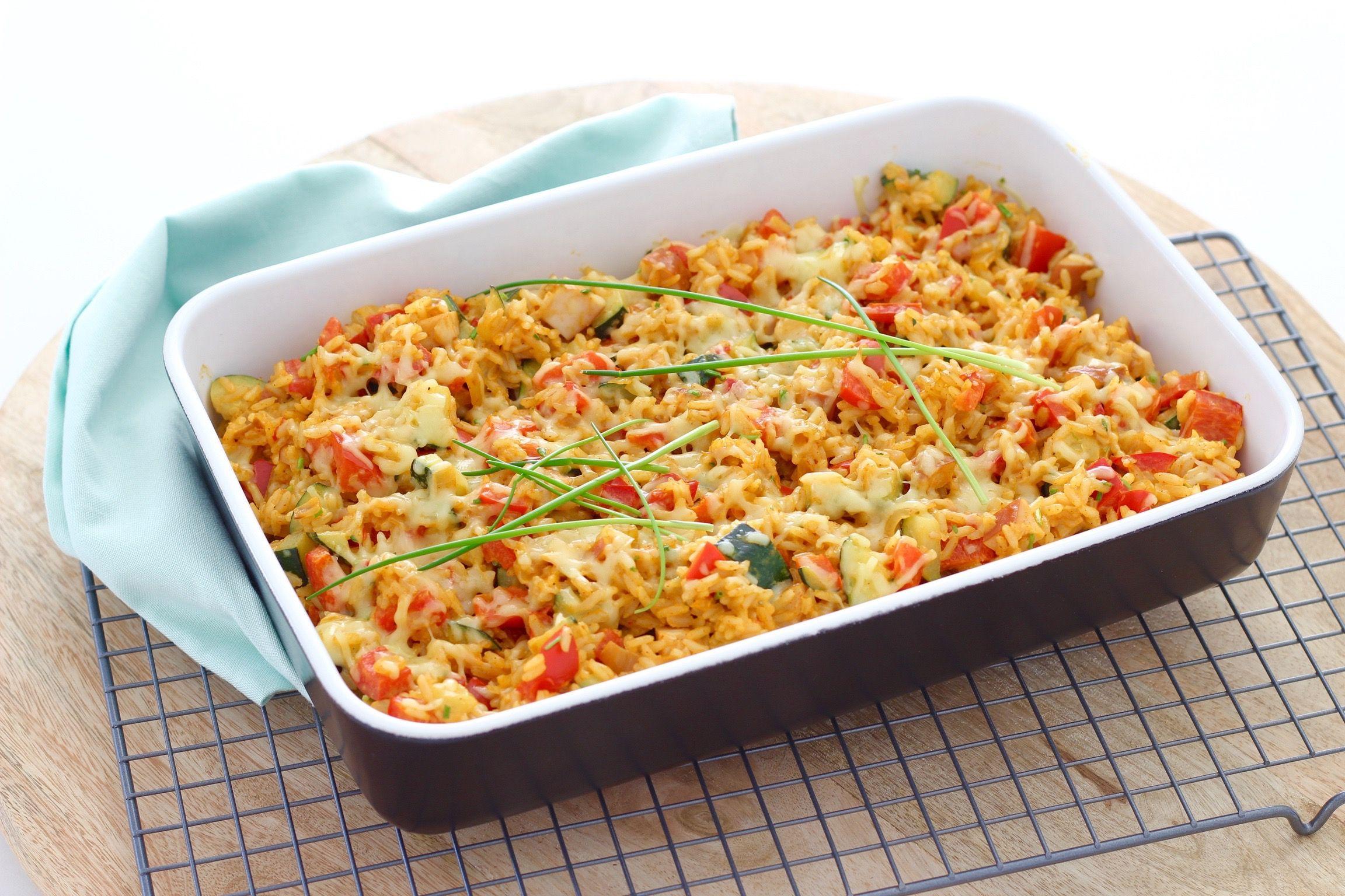 Ovenschotel met rijst, gerookte kipfilet en paprika