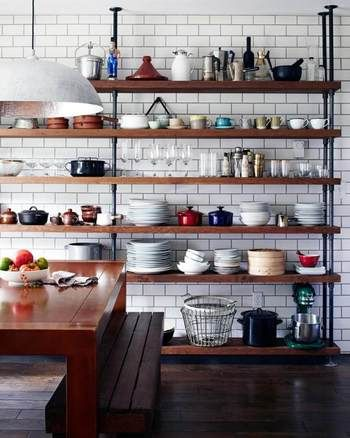 食器、キッチン道具などを、潔く大きな棚に置いて見せるのも、雑然とさせないテクニックですね。