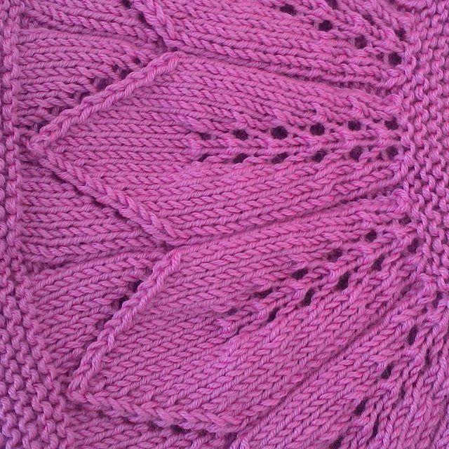 Шапка с диагональным вязанием