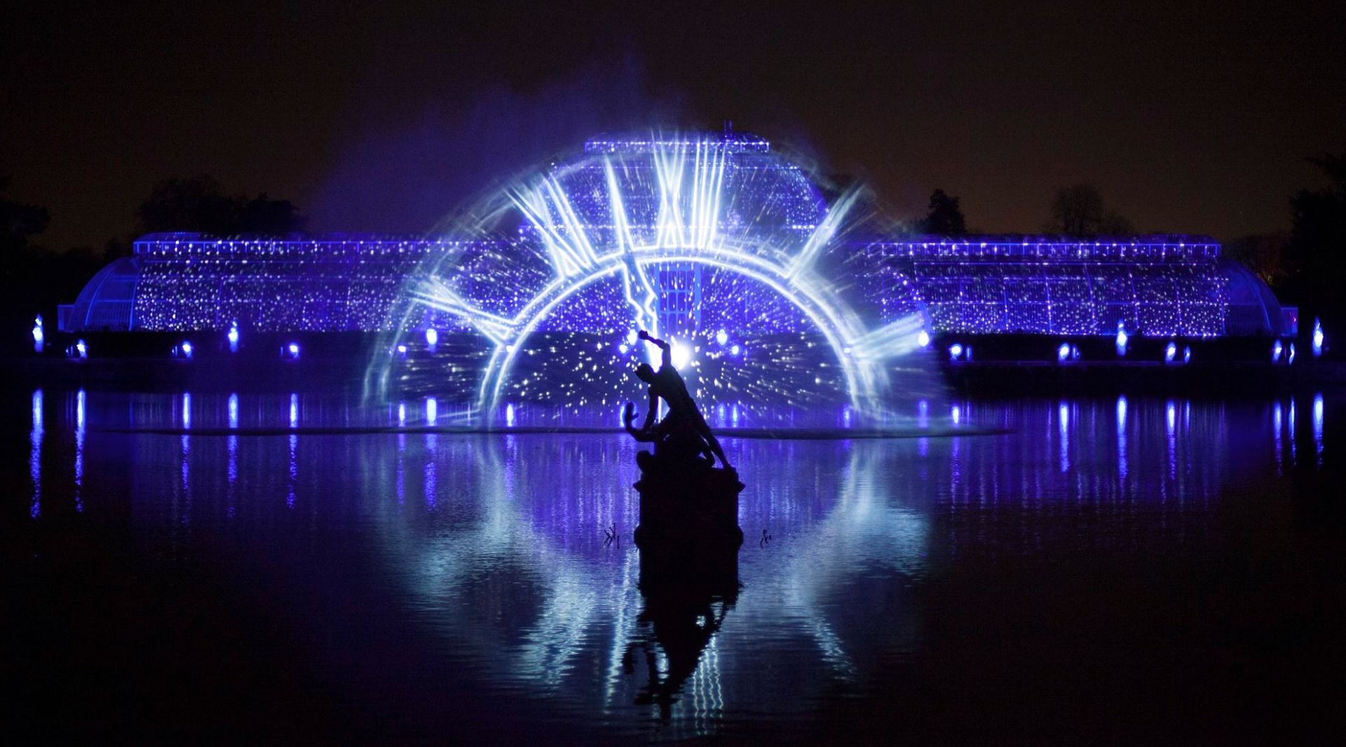 Fascinating Images Of Light And Water At The Kew Gardens In London Things To Do In London Christmas Travel London Christmas